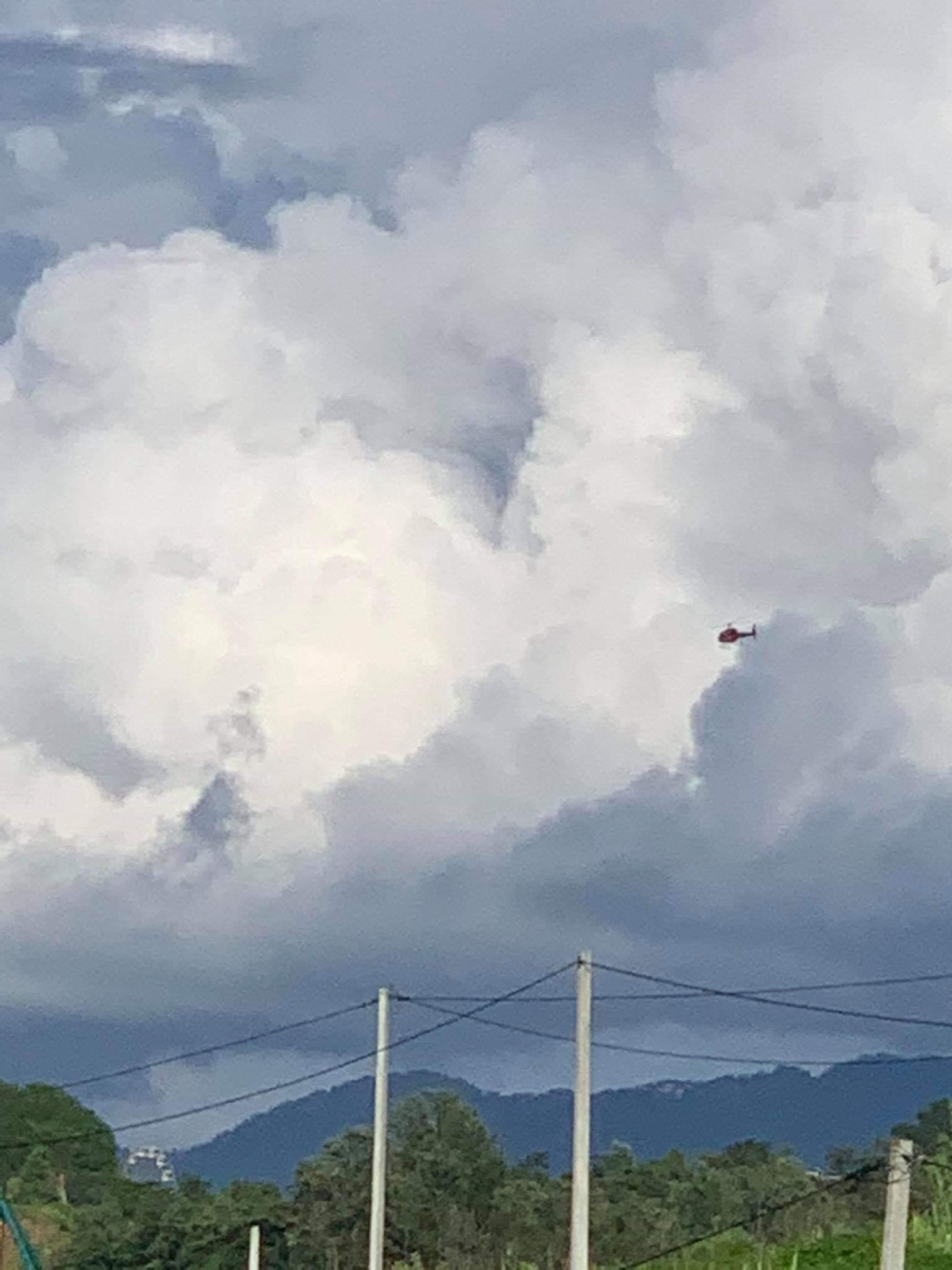 सुनसान आकाशमा उडिरहेको एक्लाे हेलिकप्टर
