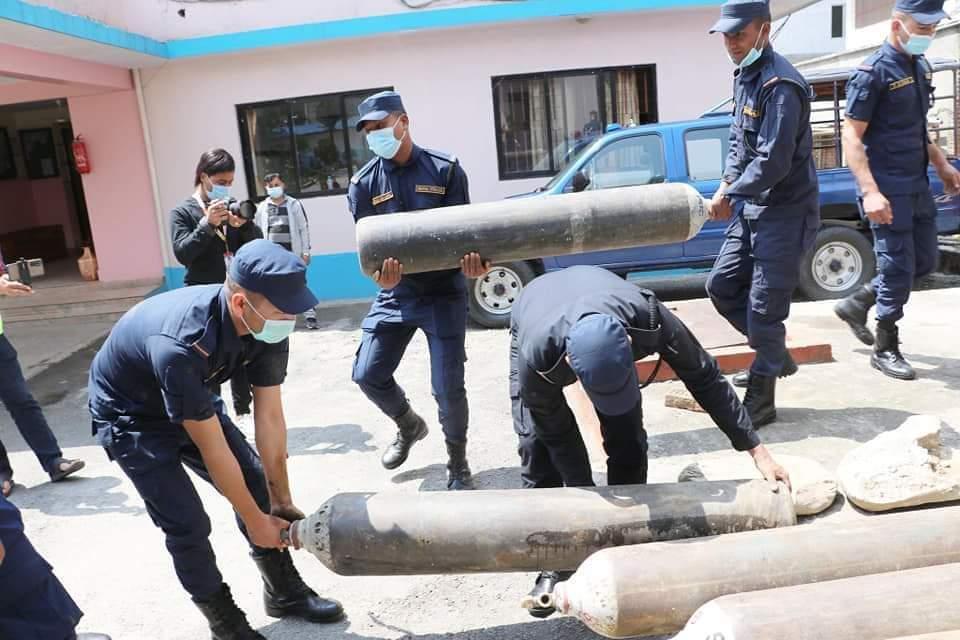 अक्सिजन संकलनमा नेपाल प्रहरीको सक्रियता ,हाल सम्म ९ हजार सिलिन्डर संकलन